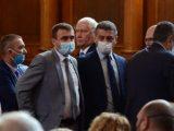 Изключение за оратори: Защо министри и депутати нарушават заповедта за носене на маски?