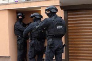 Разузнавач от националната полиция, 2-ма братя и вуйчо в бандата за имотни измами