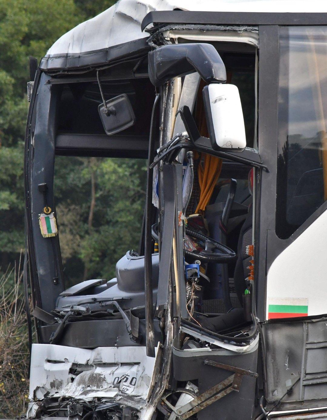 Най-тежко пострадал е шофьорът на автобуса