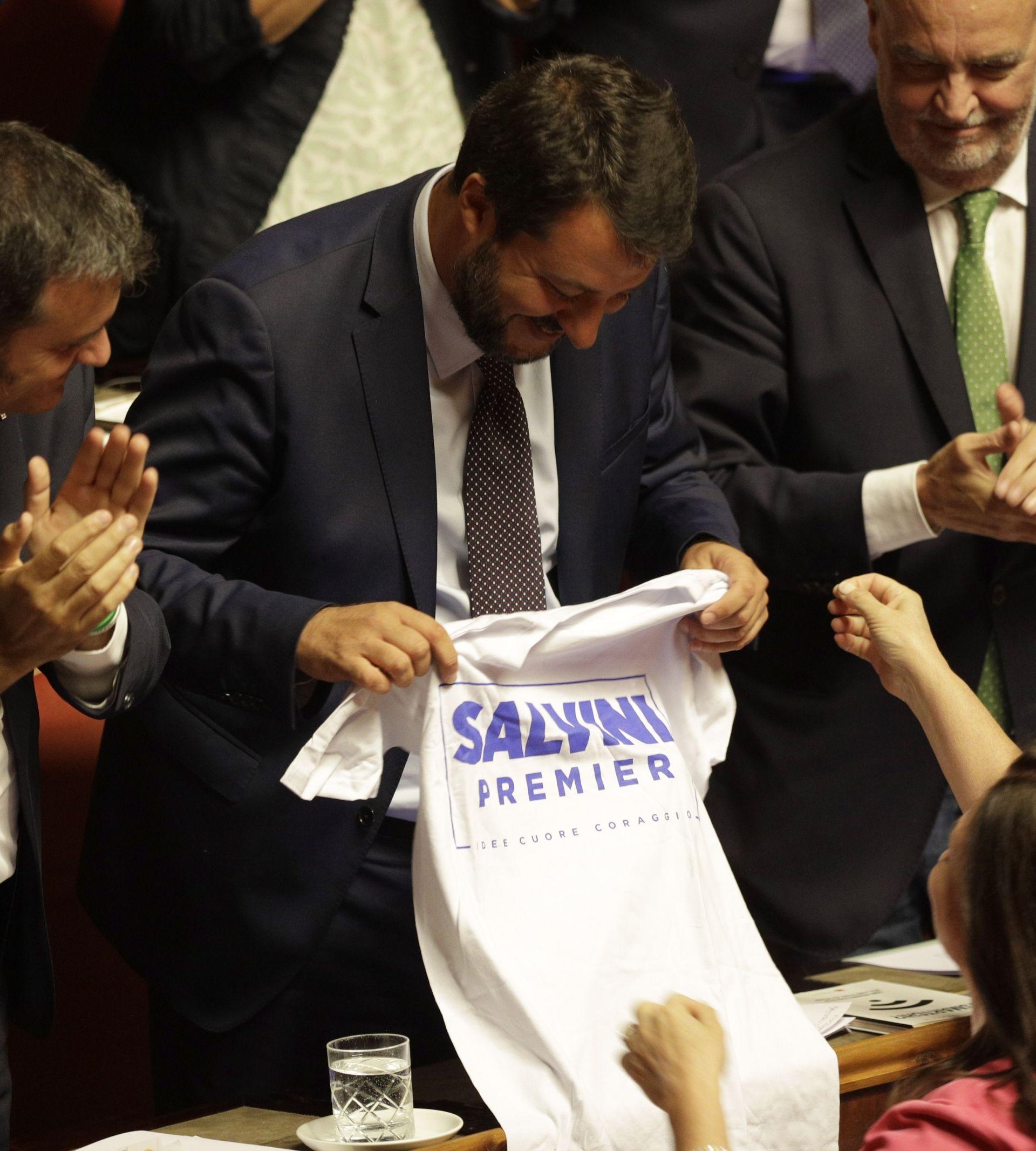 """Салвини получи тениска с надпис: """"Премиер на Салвини, идеи, сърце, смелост, след като направи изявлението си в Сената преди гласуването"""