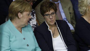 Наследничката на Меркел готвела пуч срещу канцлера?